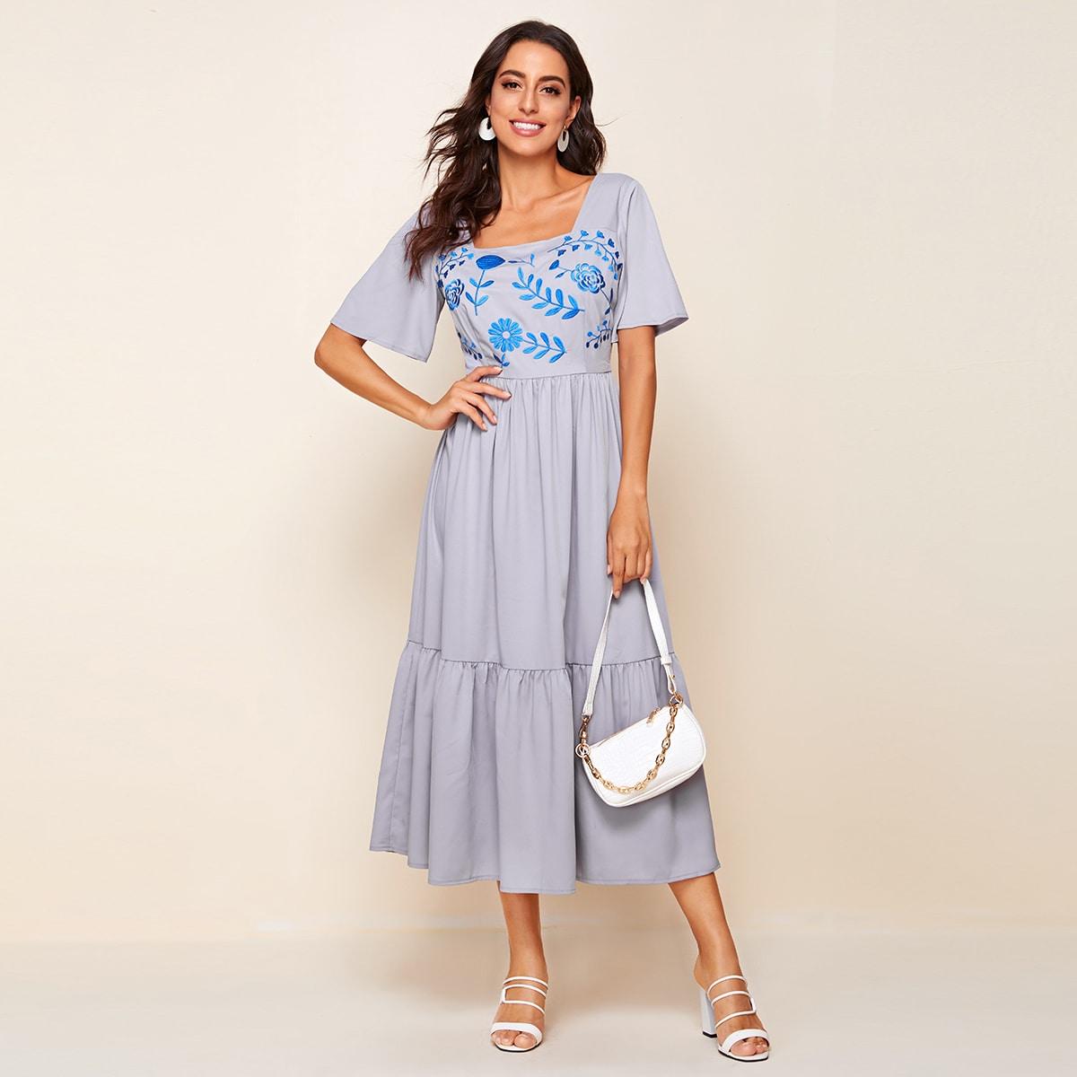 Расклешенное платье с вышивкой фото