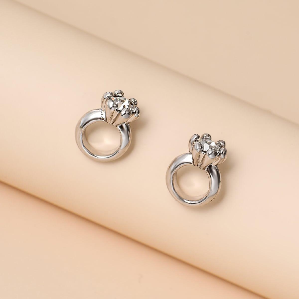 Серьги-гвоздики в форме кольца со стразами фото