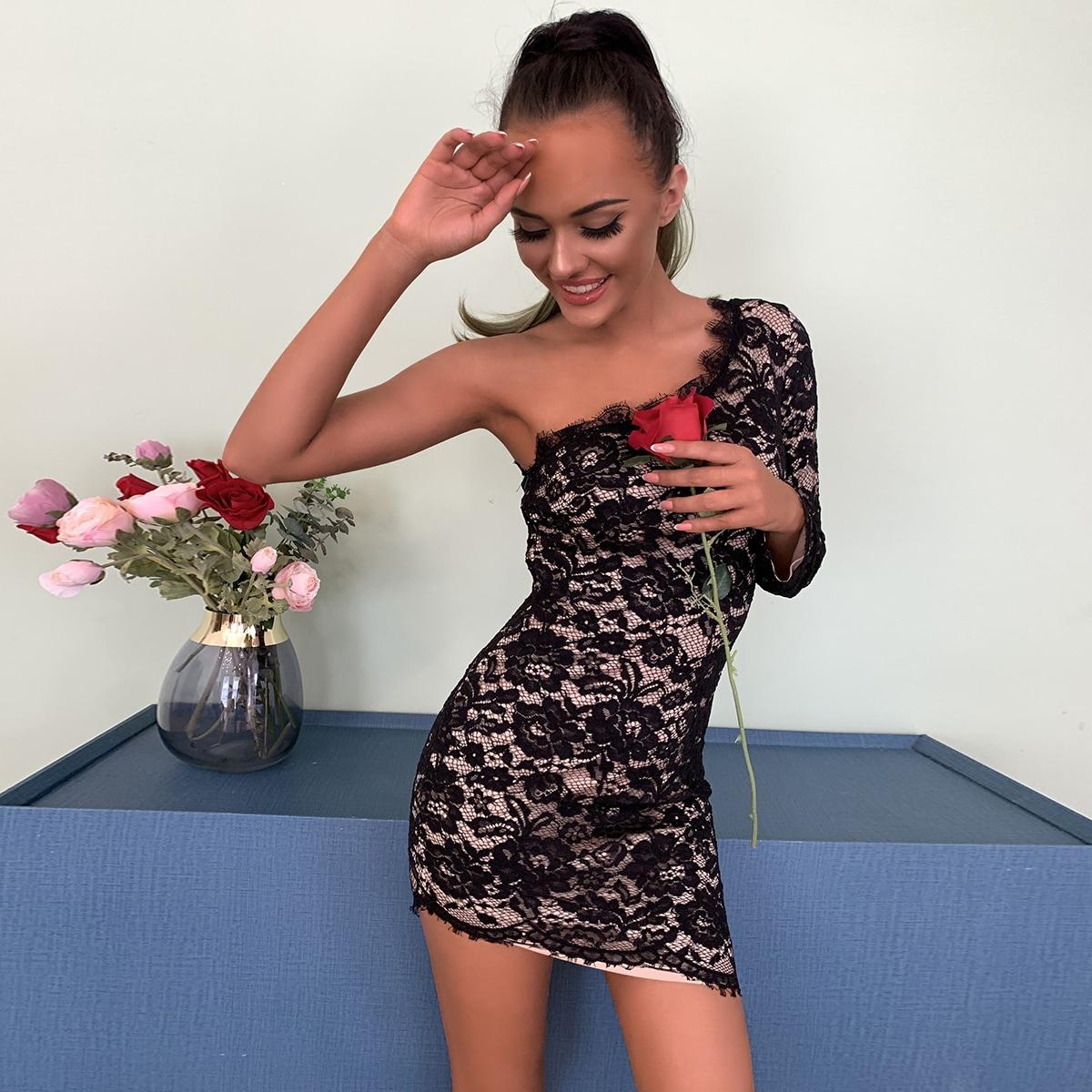 Облегающее кружевное платье на одно плечо