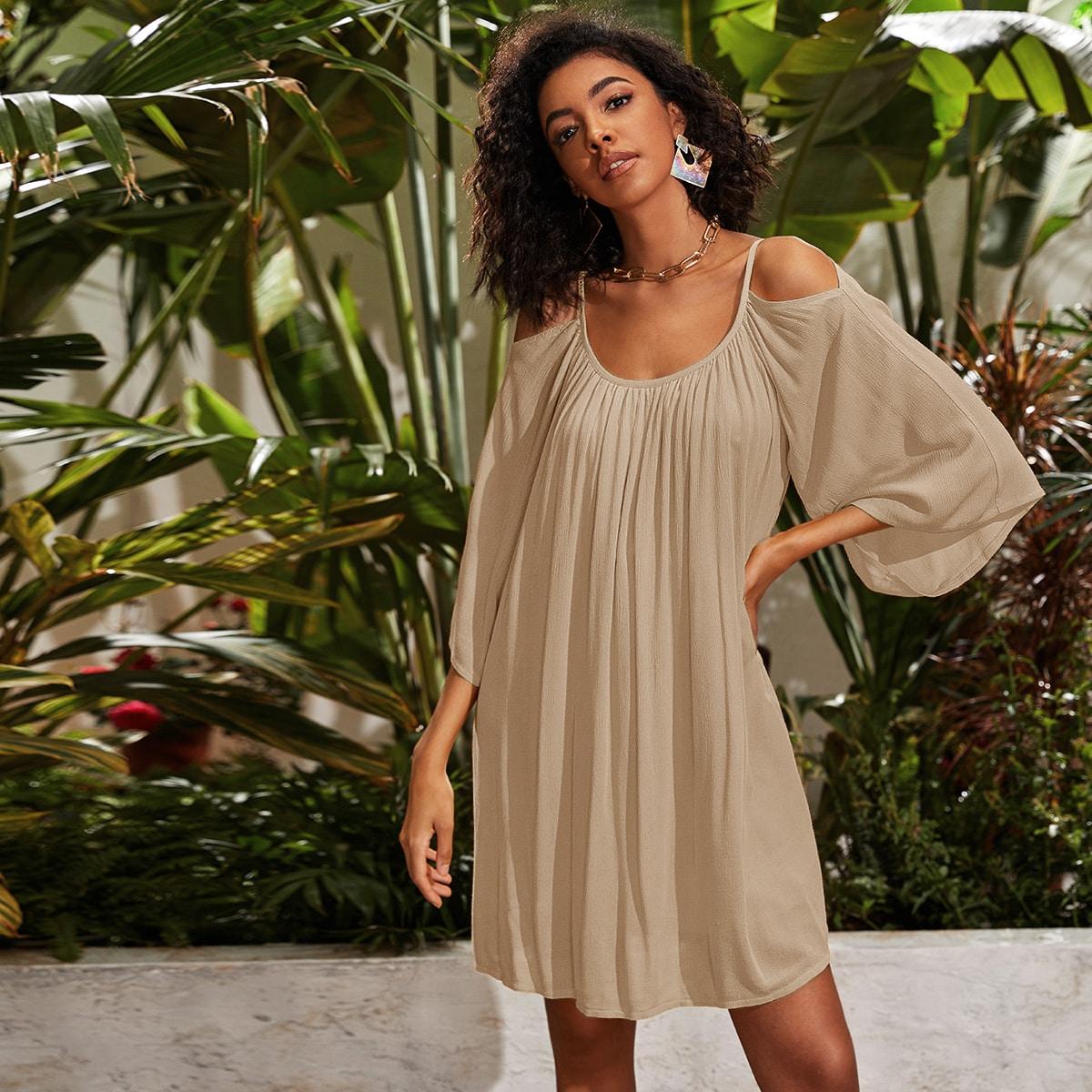 Однотонное платье с открытыми плечами фото