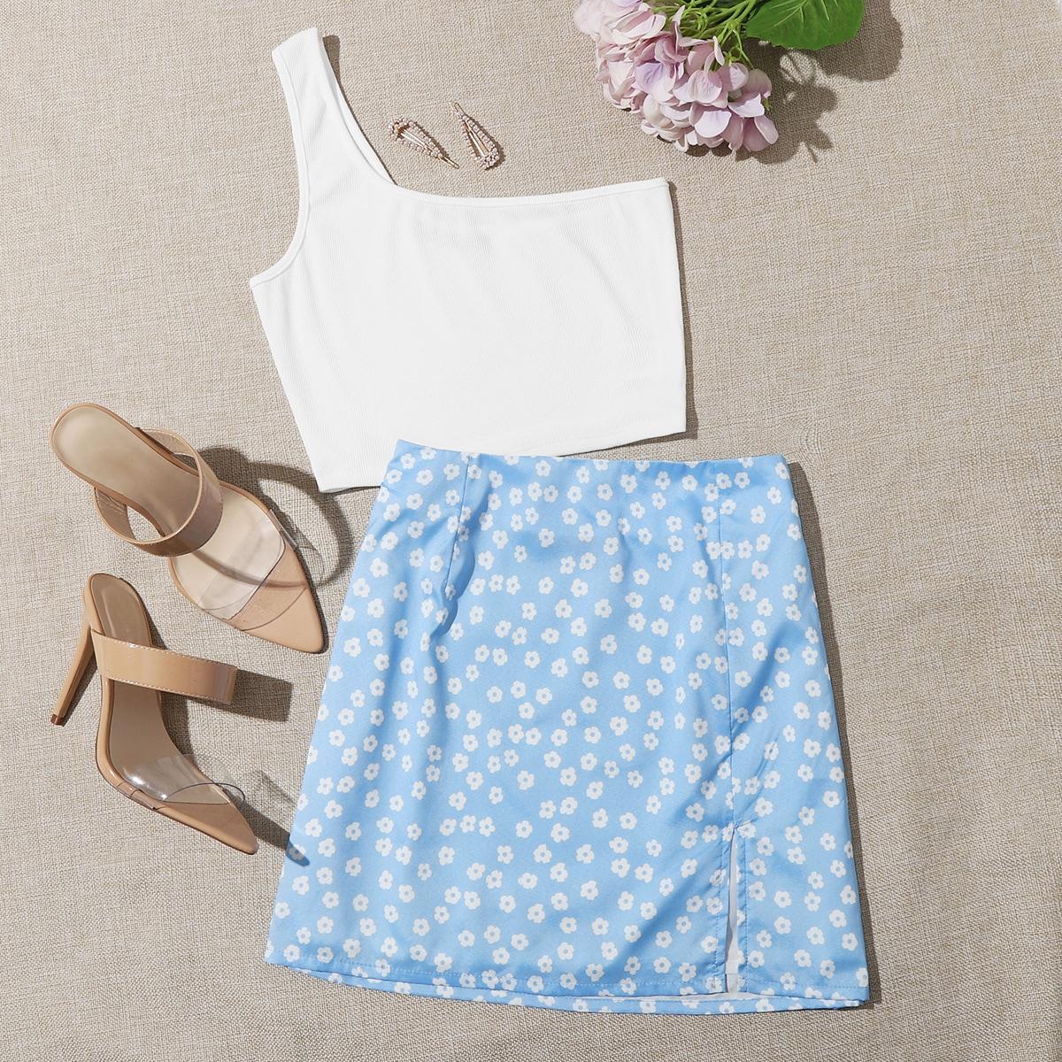 Короткий топ на одно плечо и юбка с цветочным принтом фото