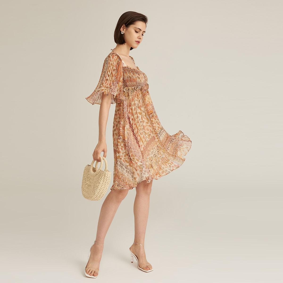 Chiffon Kleid mit quadratischem Kragen, Flicken und Falten