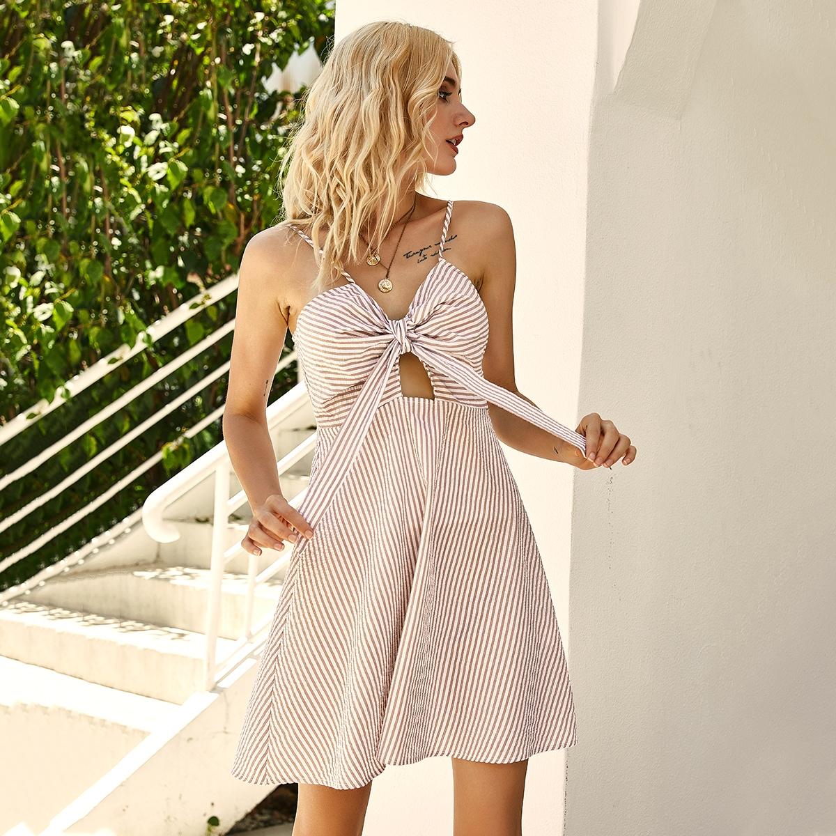 Полосатое платье на бретелях с узлом фото