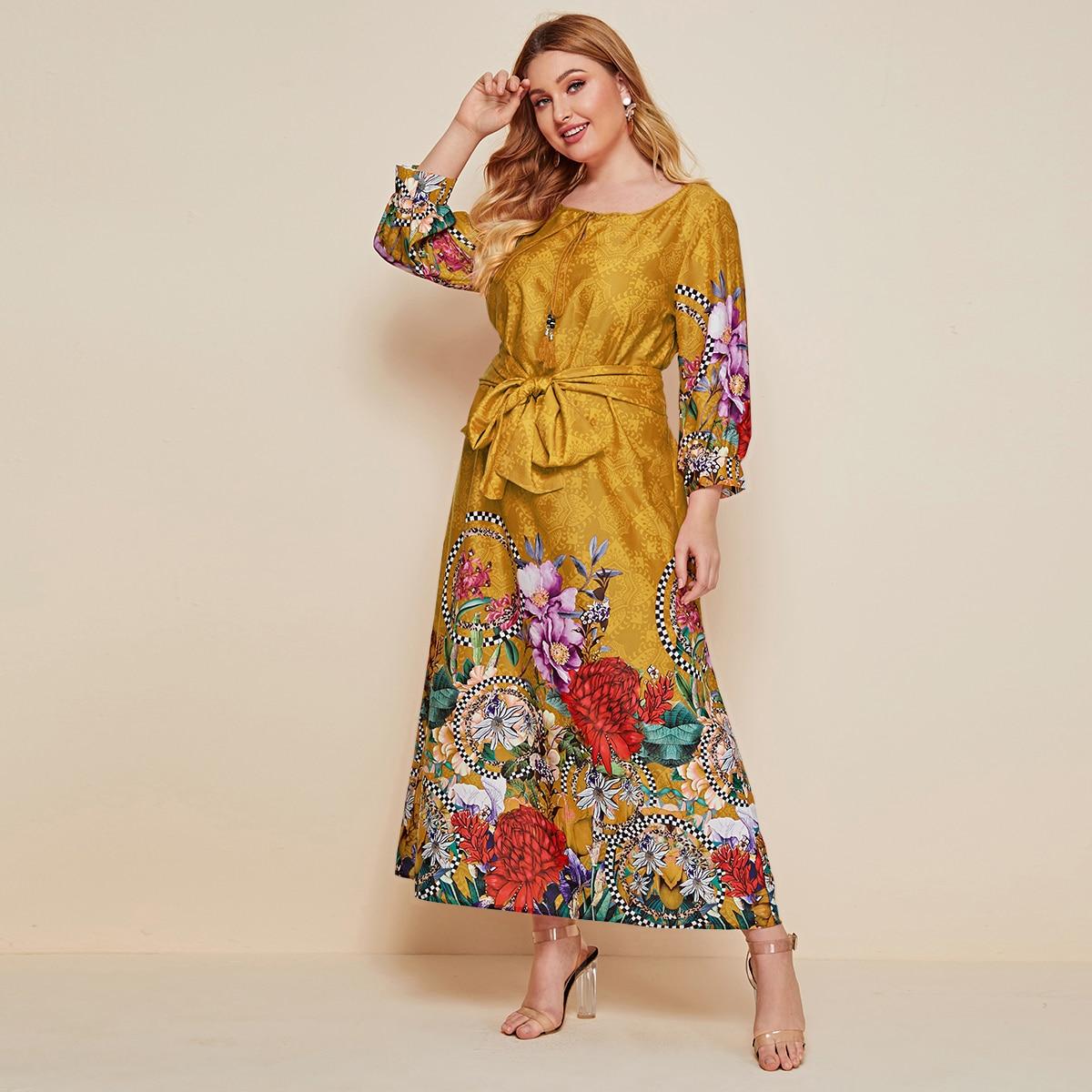 Платье размера плюс с поясом и оригинальным принтом фото