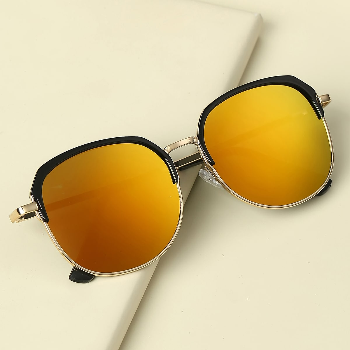 Детские солнечные очки с тонированными линзами фото