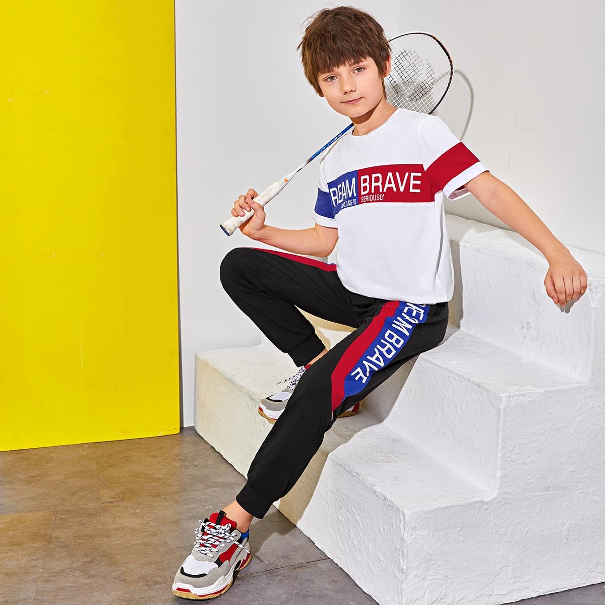 Контрастный топ с текстовым принтом и спортивные брюки для мальчиков от SHEIN