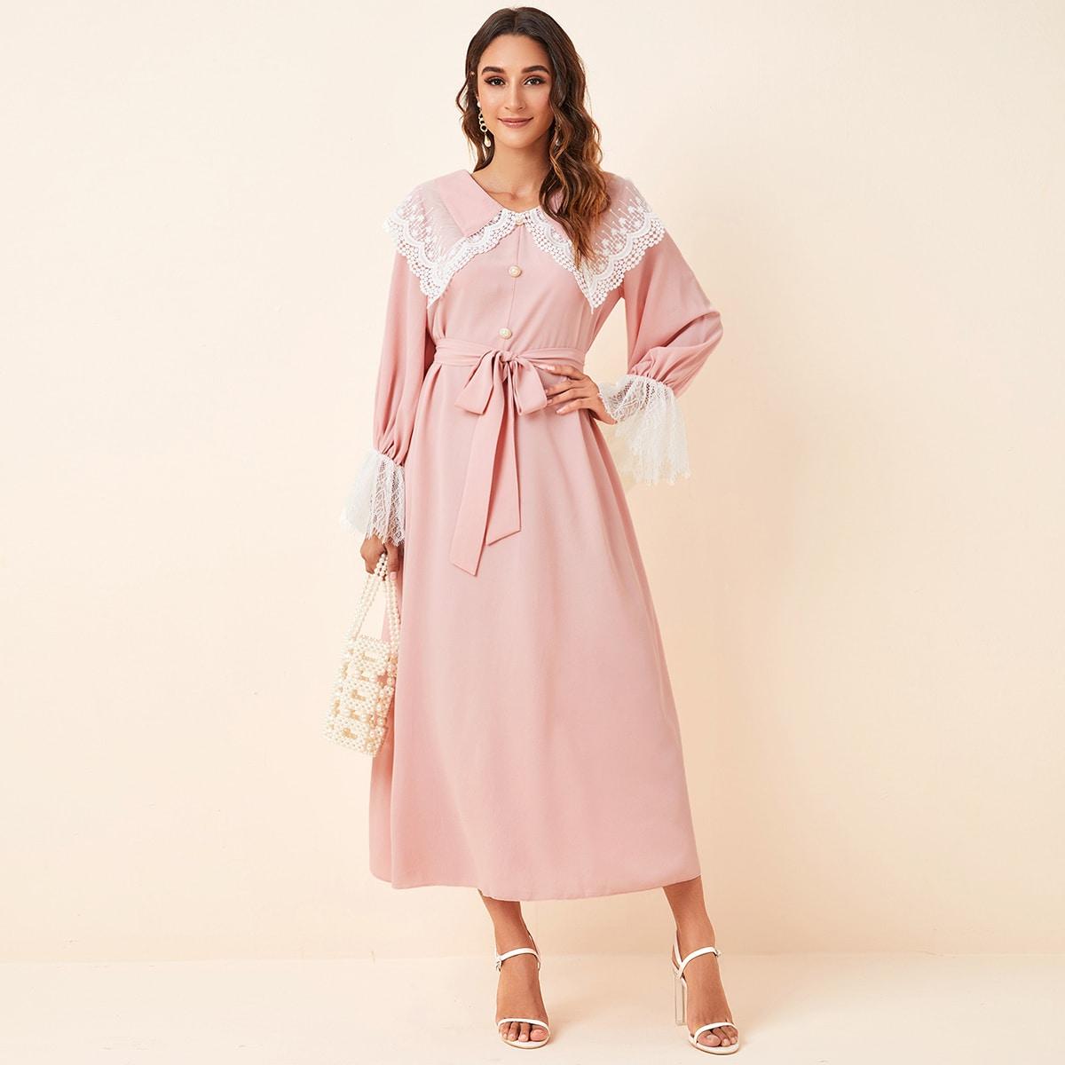 Платье с поясом, пуговицами и кружевной отделкой фото