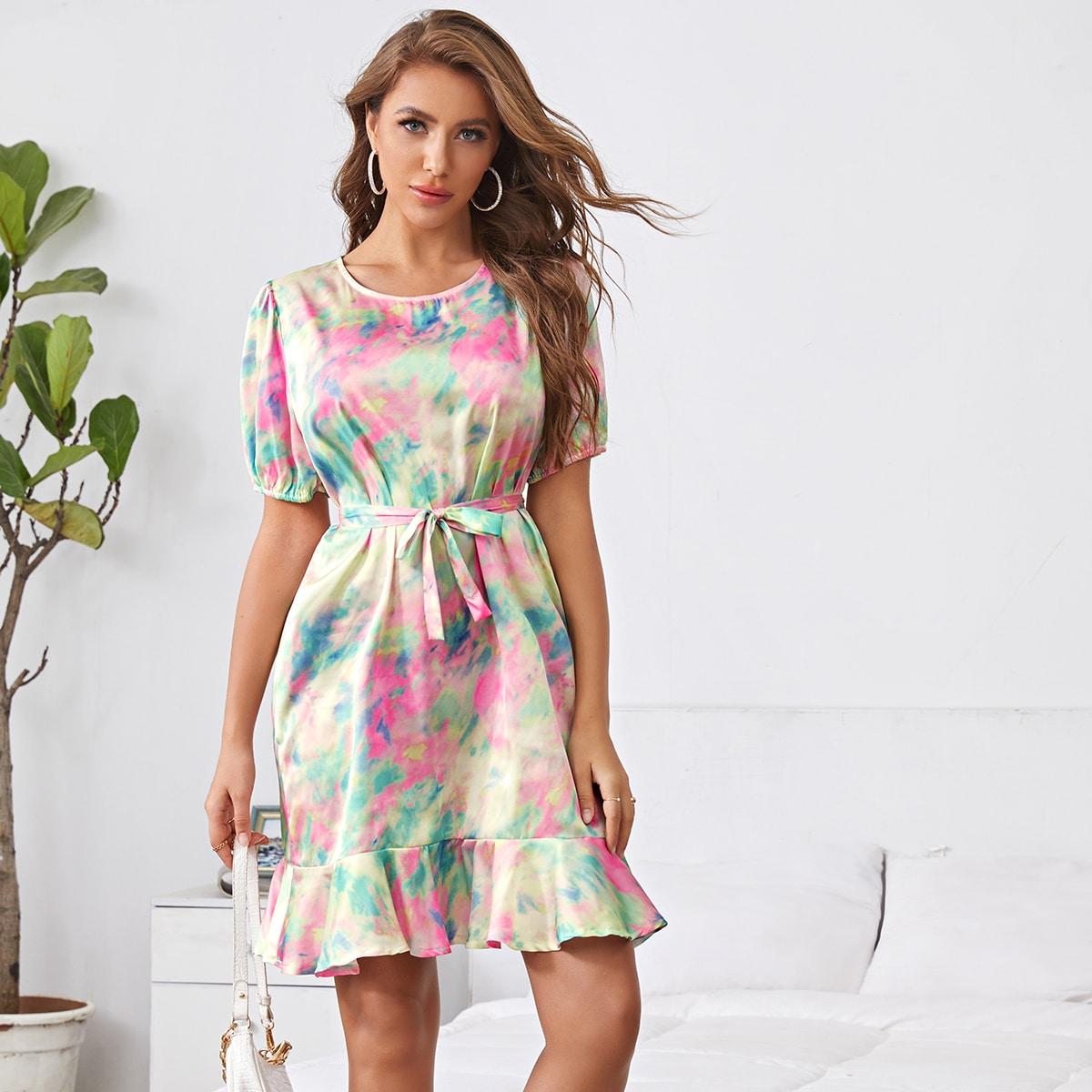 Разноцветное атласное платье с пышным рукавом и оборкой фото