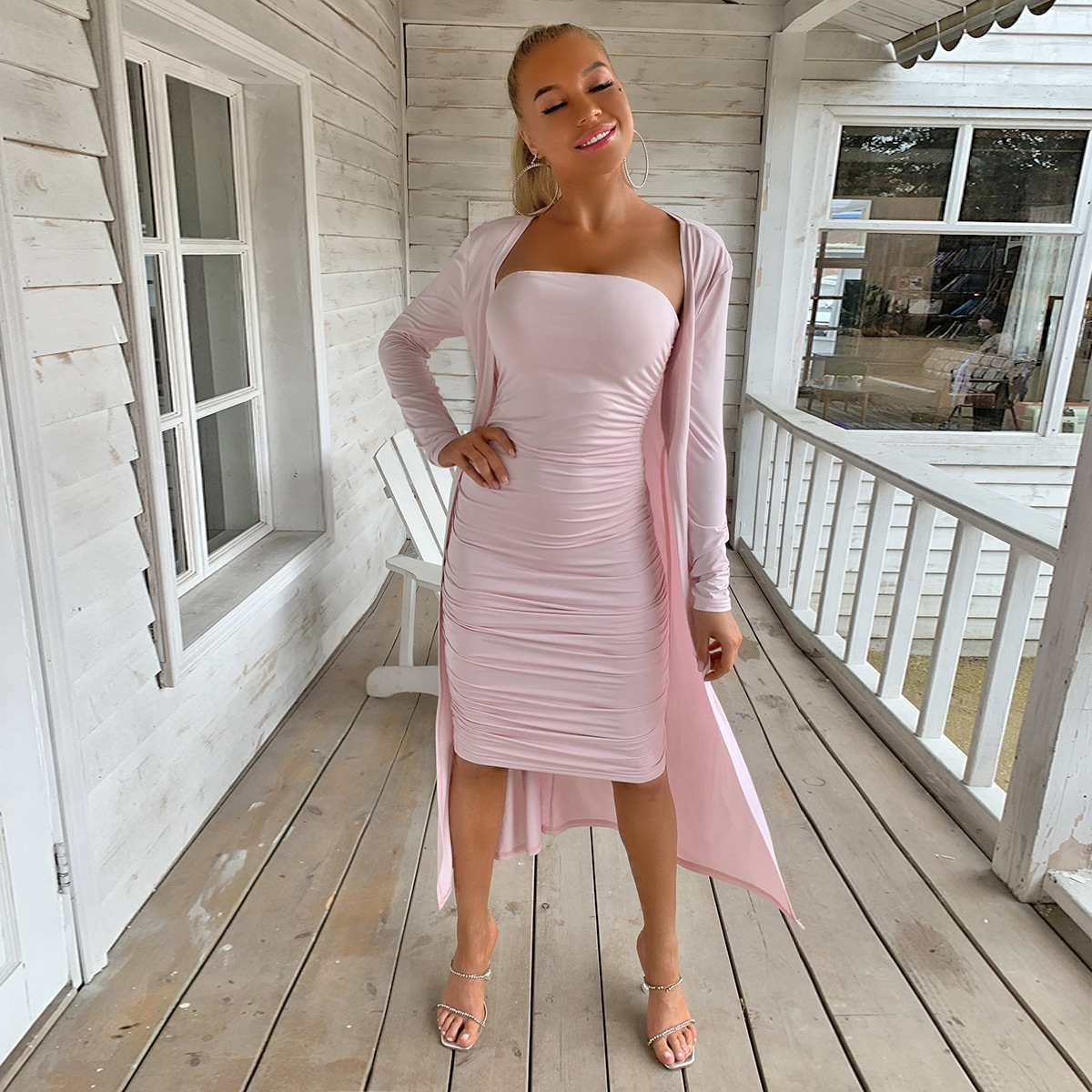 Облегающее платье без бретелек и длинное пальто фото