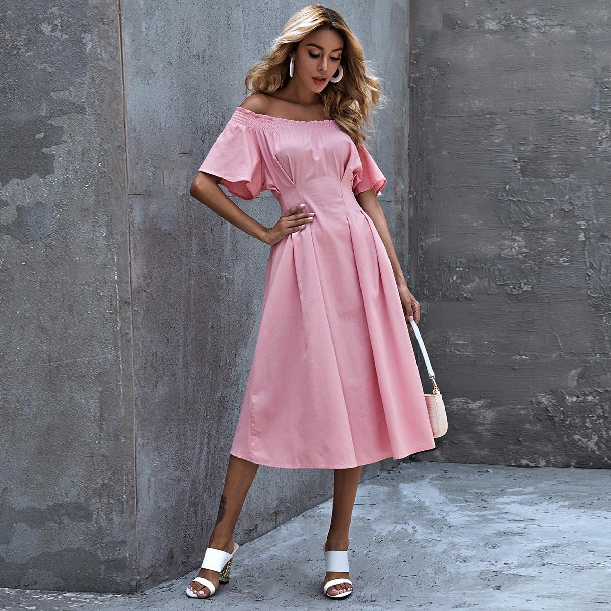 Расклешенное платье с открытыми плечами фото