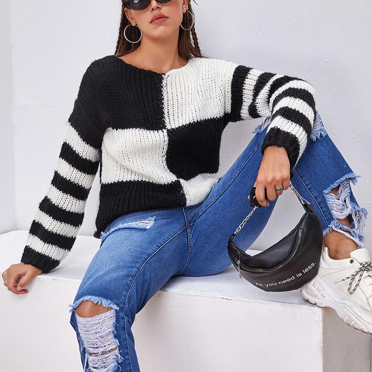 Контрастный свитер в полоску фото