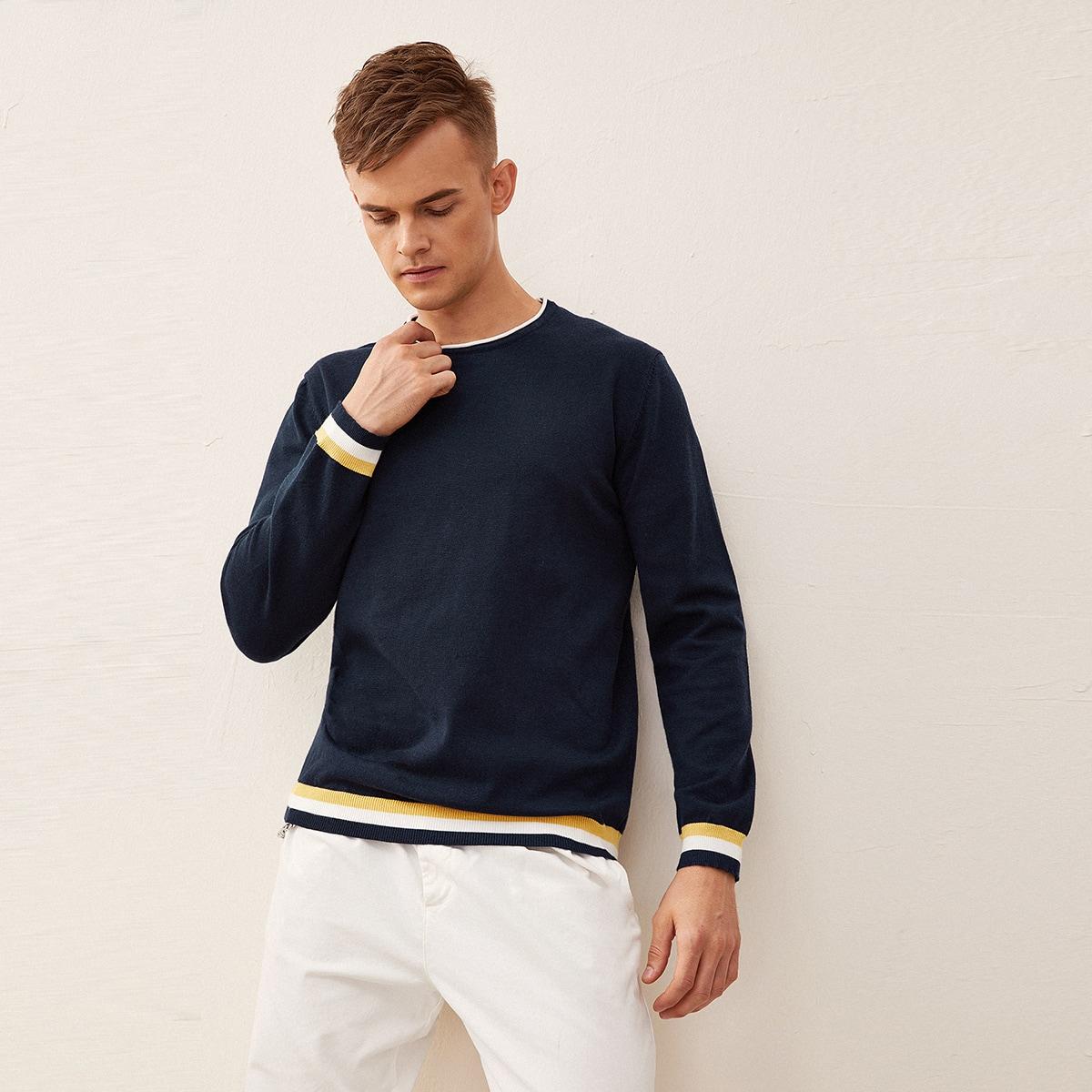 Мужской свитер в полоску с контрастной отделкой