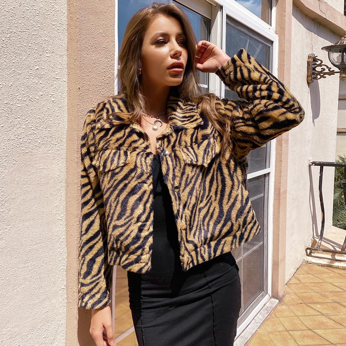 Пальто из искусственного меха с тигровым узором и пуговицами