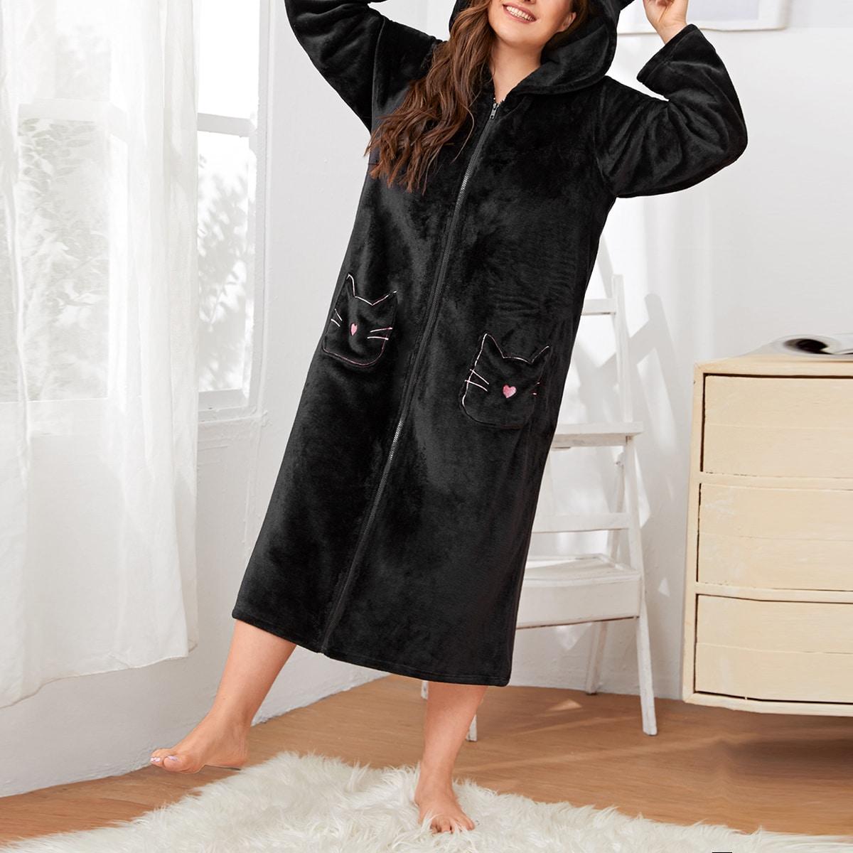 Фланелевый халат на молнии с капюшоном и вышивкой размера плюс