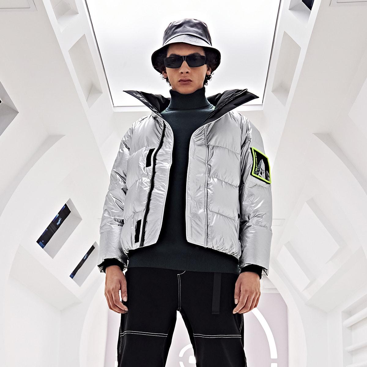 Metallische Jacke mit Reißverschluss und Flicken
