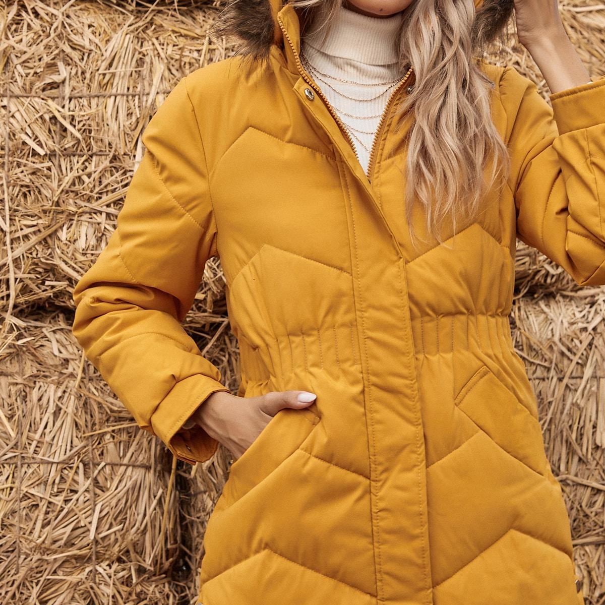Стеганое пальто с капюшоном и искусственным мехом