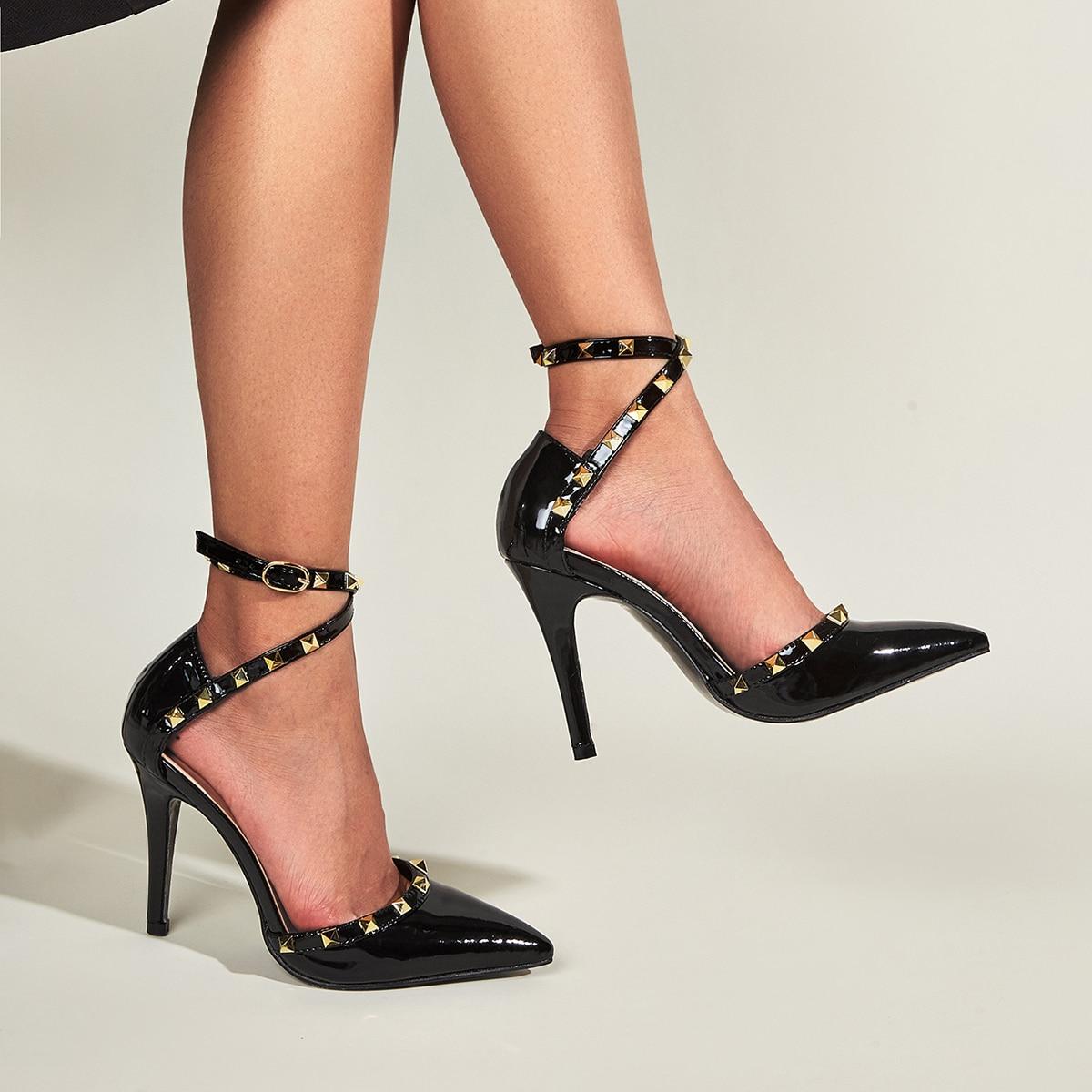 Туфли на шпильках с заклепками