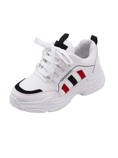 3bb5f20ec حذاء رياضي بأربطة أمامية مع تفاصيل مخطط