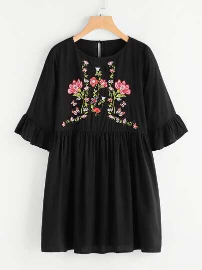 Gesmocktes Kleid mit Pflanzen Stickereien und Trompetenhülse