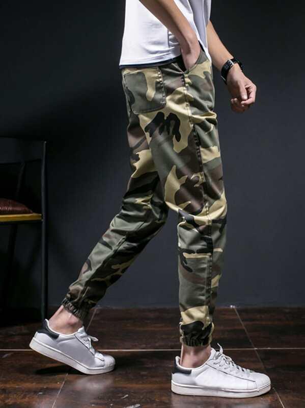 9a074a9be Pantalones de hombres ajustados elásticos de camuflaje   SHEIN ES