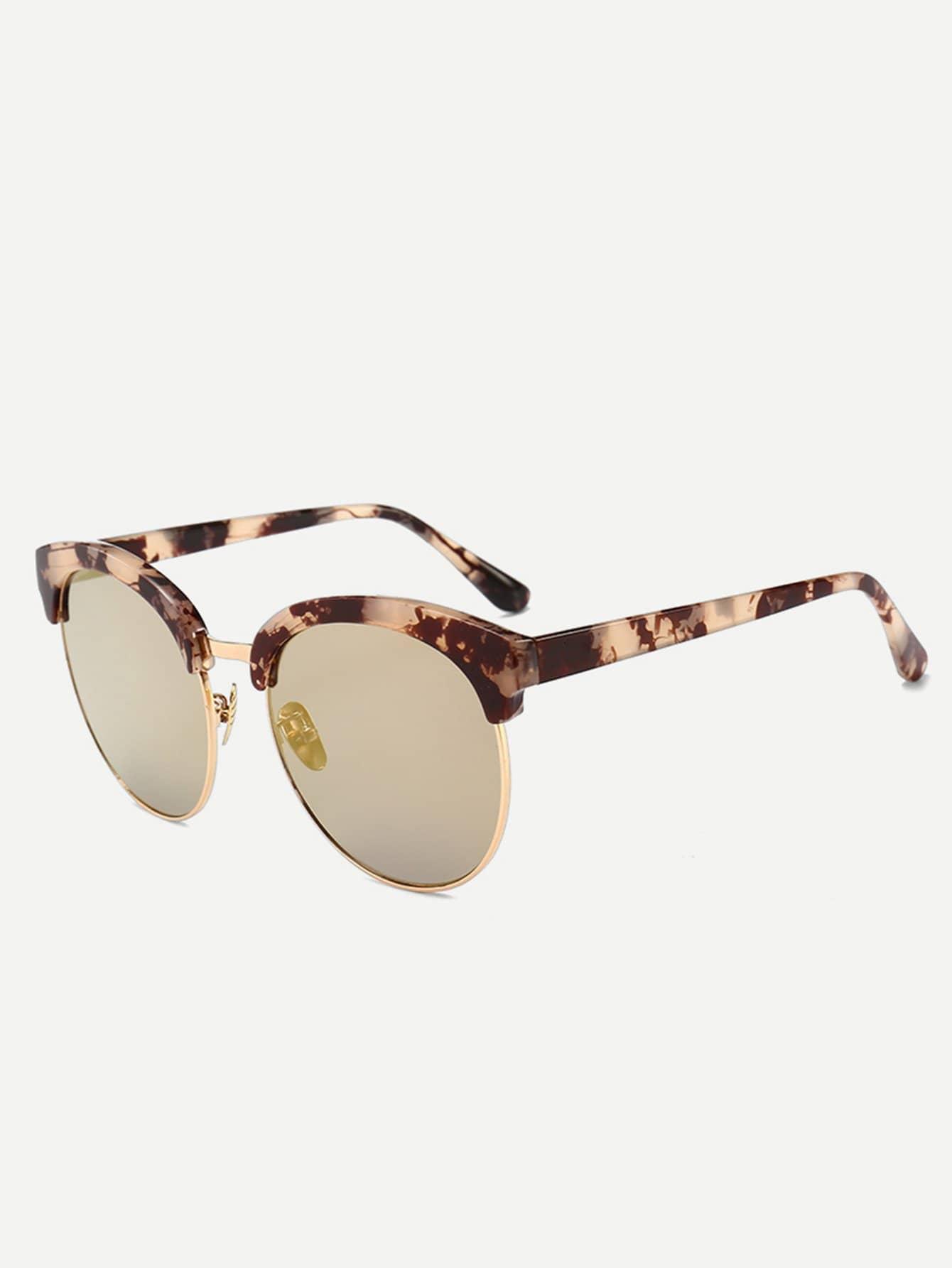 Sonnenbrille mit Marmormuster auf dem Rahmen und Spiegel Linse ...
