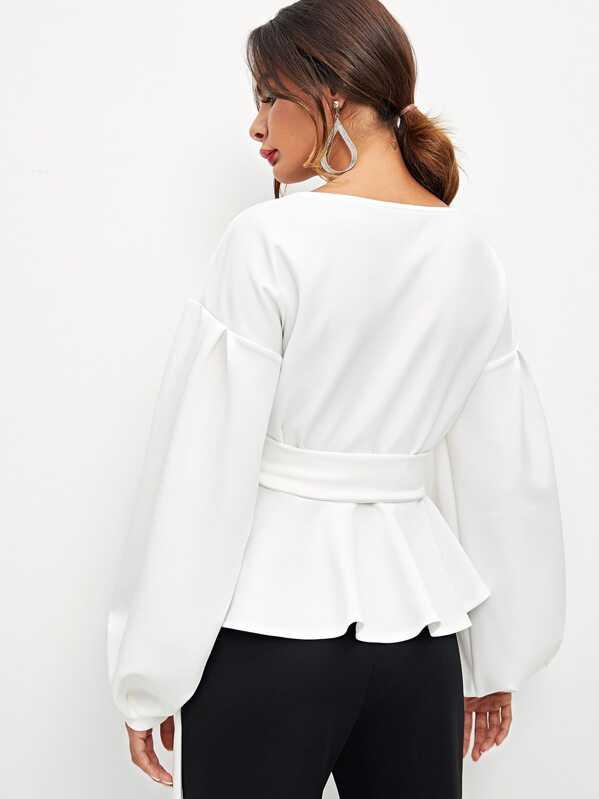 b09ed46b1 Blusa cruzada con manga de farol maxi y lazo en la cintura
