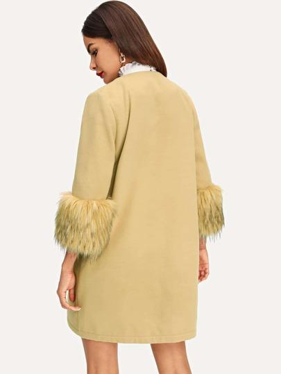 Cappotto con polsini in pelliccia sintetica