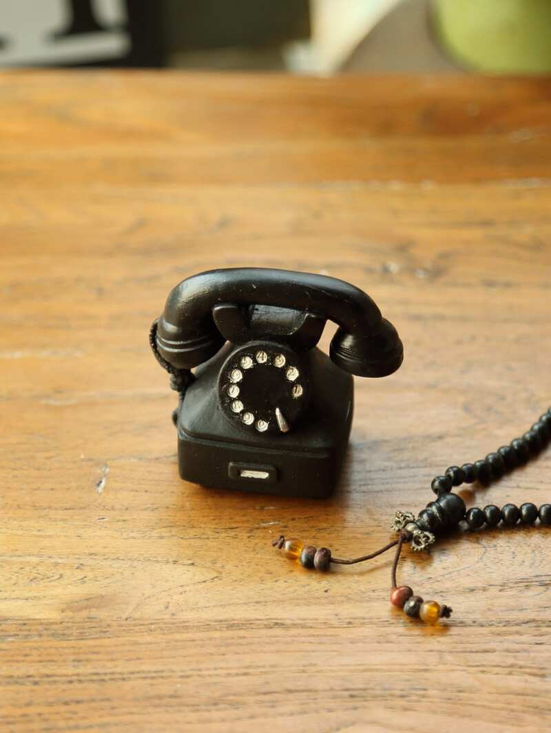 Objeto decorativo de mini teléfono