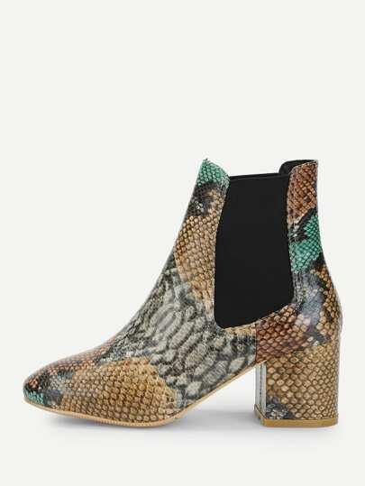 34a402552d9 Ankel boots i ormskinns mönster