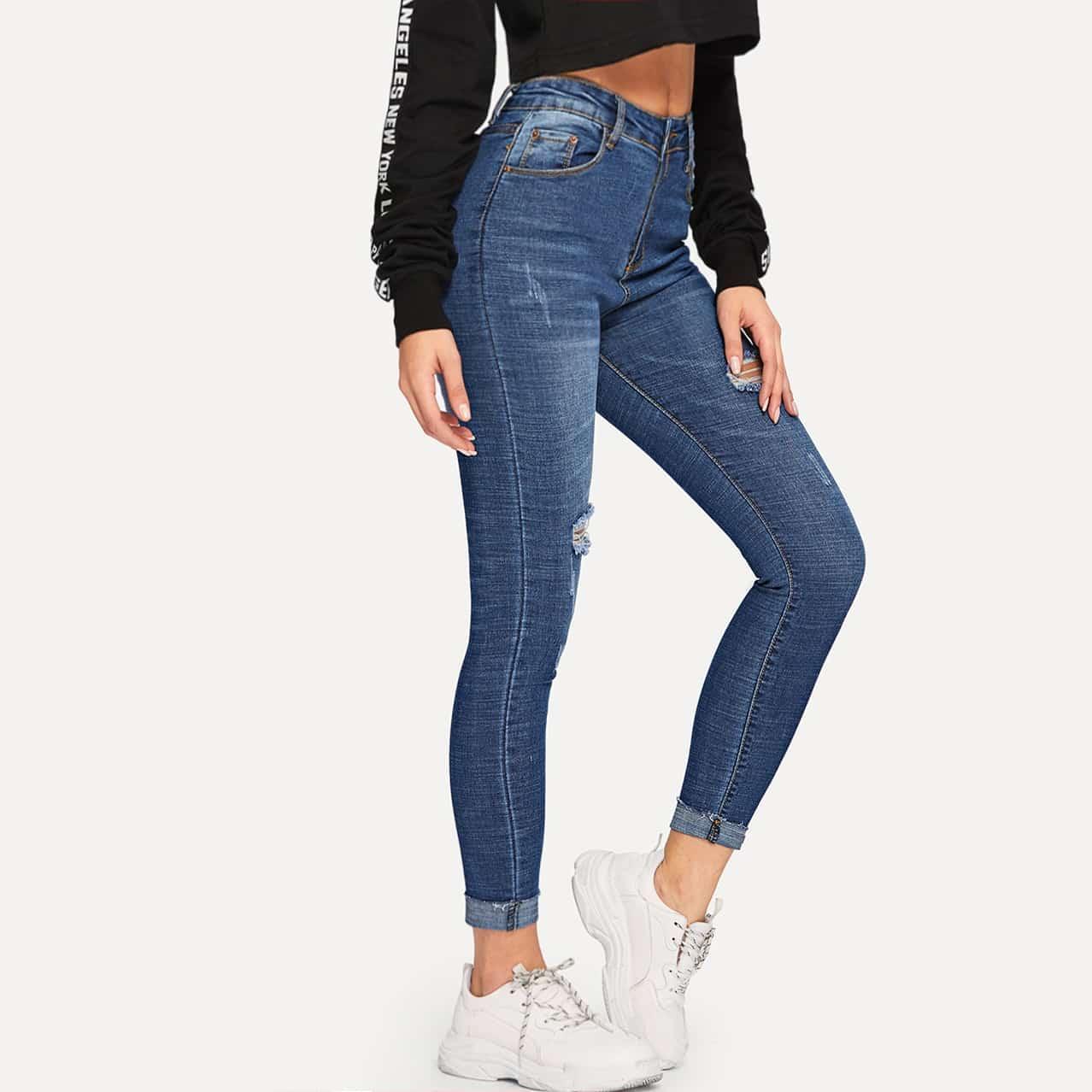 Рваные обтгяивающие джинсы