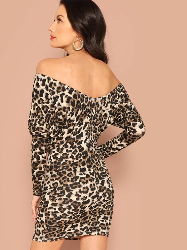 9557bf97ef Vestido con estampado de leopardo de hombros descubiertos