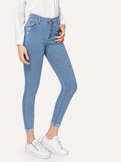 سروال جينز نحيل بديكور اللؤلؤ وبحافة معطوف