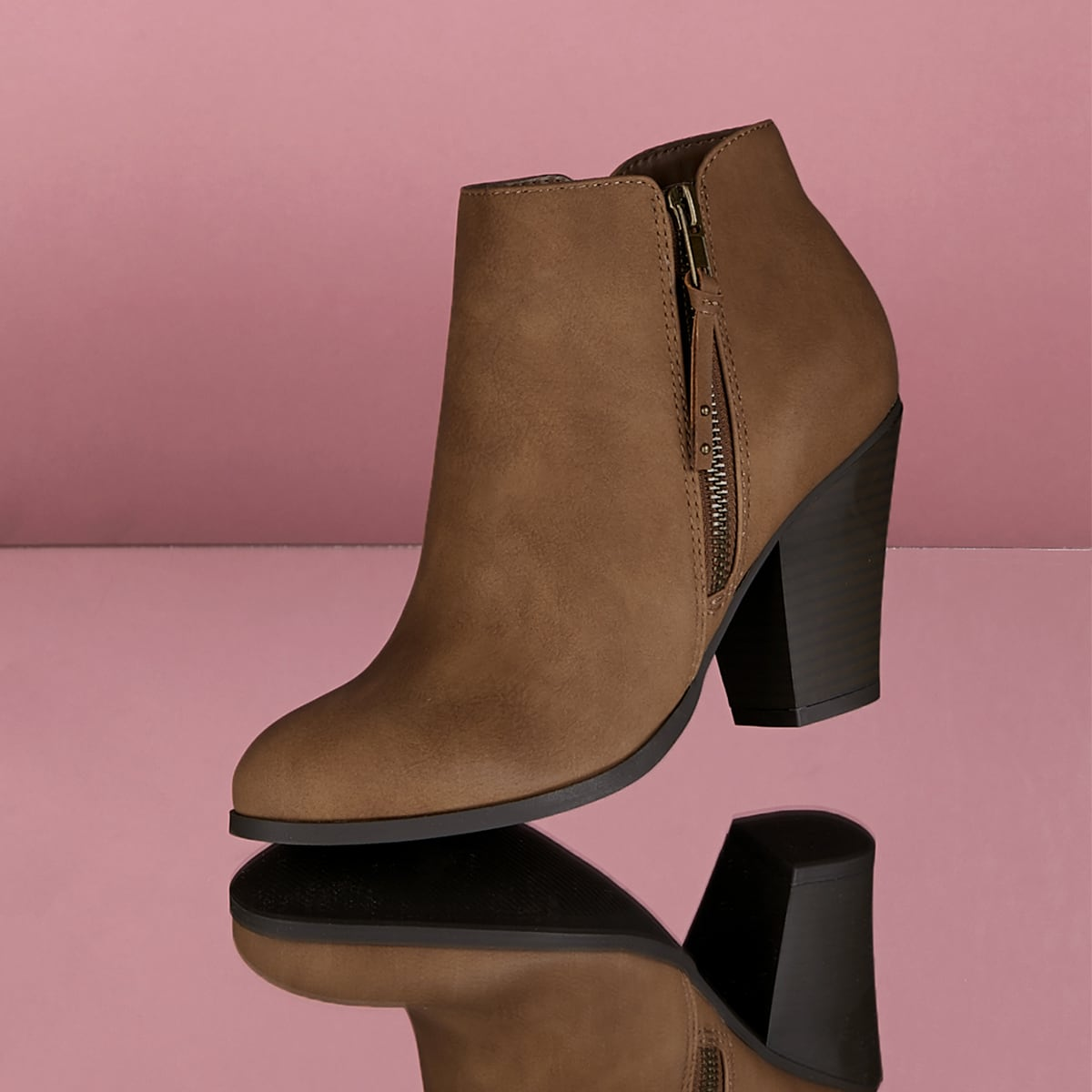 Остроконечные короткие сапоги на высоких каблуках с застёжкой молния
