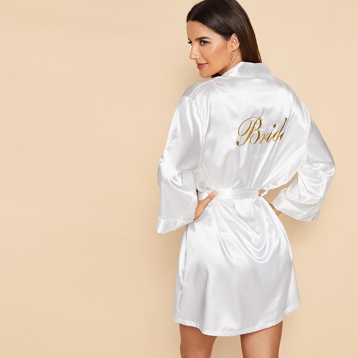 Атласный халат с поясом и текстовой вышивкой