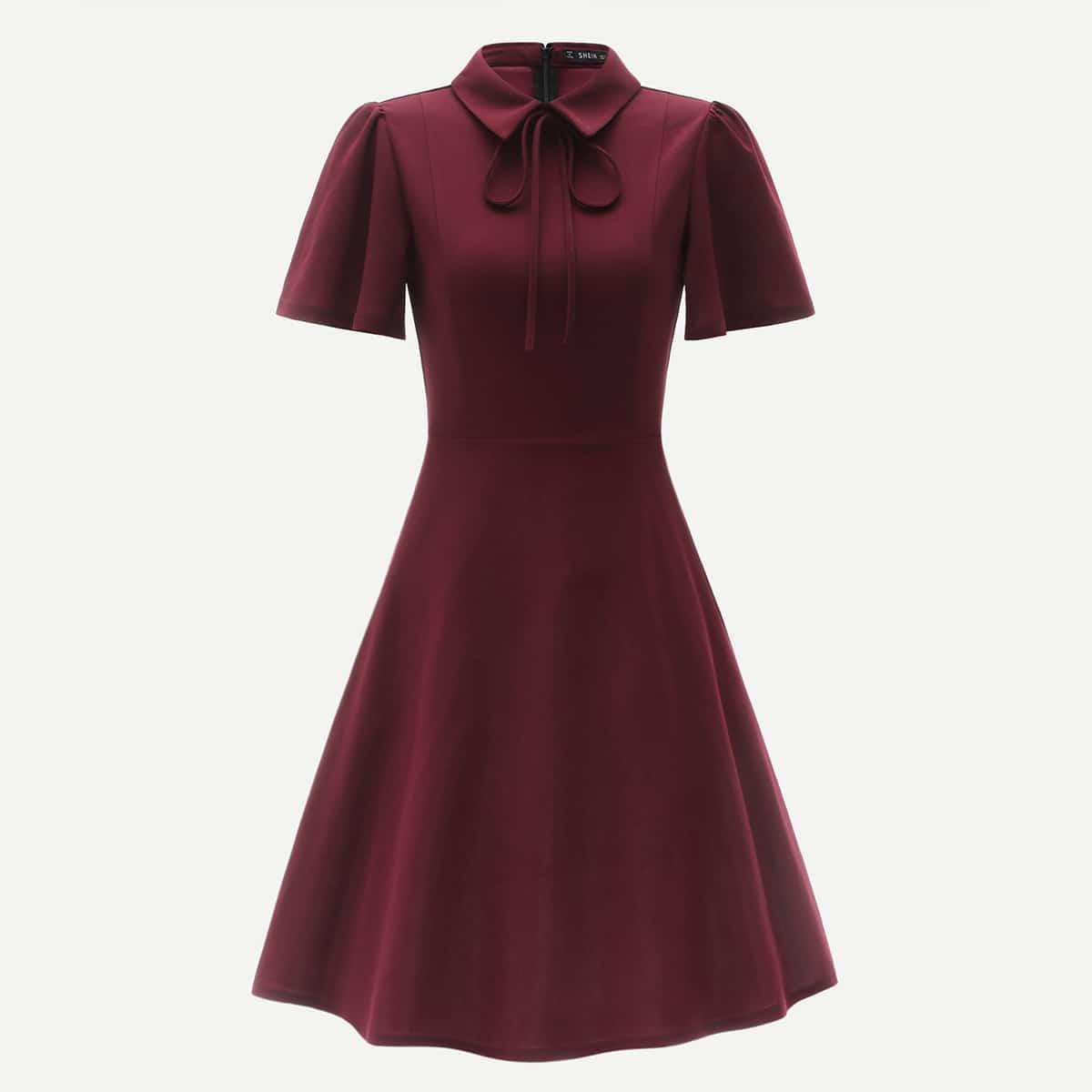 Приталенное платье-клёш с завязкой на шее и оригинальным рукавом