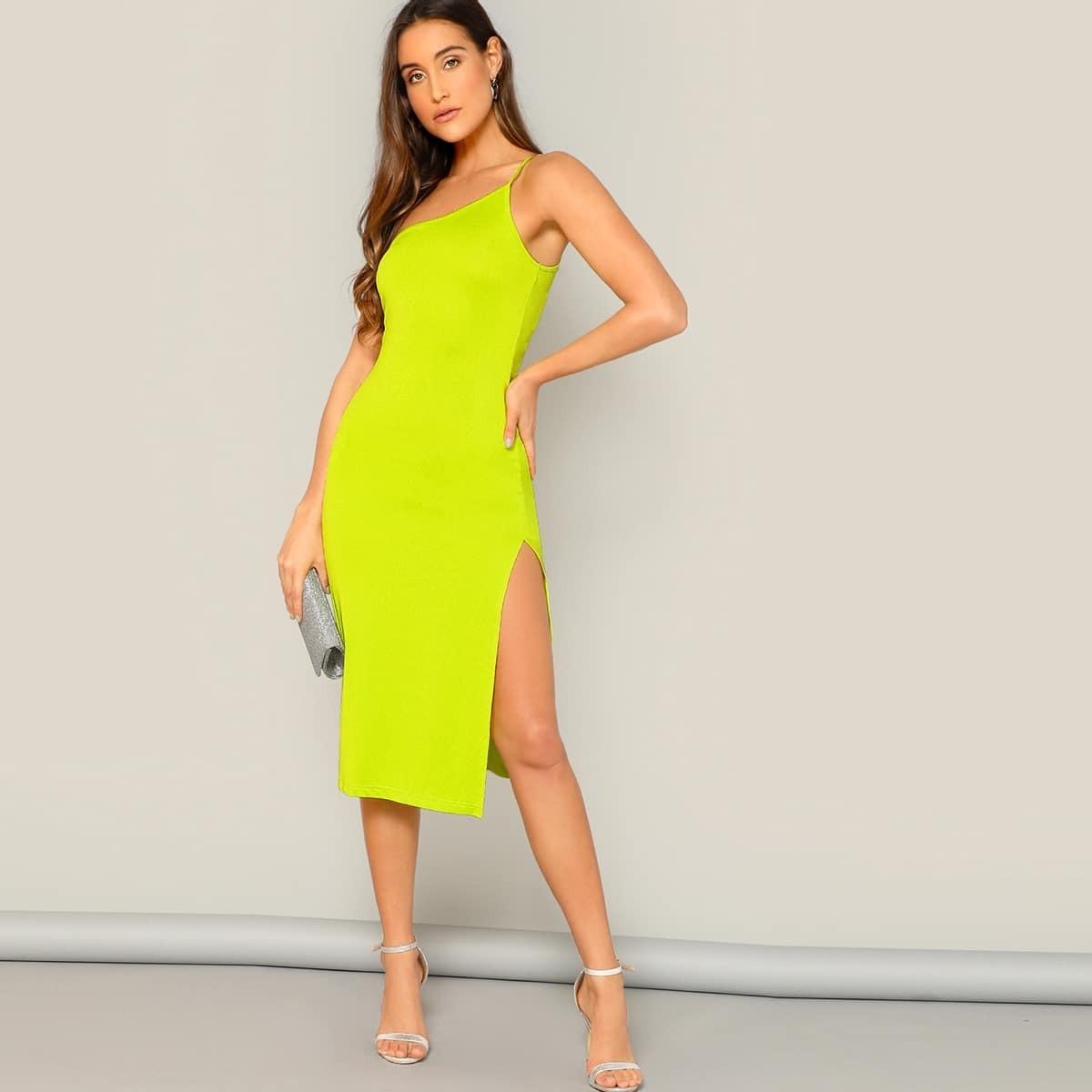 Неоновое жёлтое платье с открытым плечом и разрезом