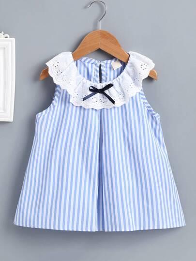 21516e7f9 Vestido de bebé de rayas con bordado con ojal en contraste