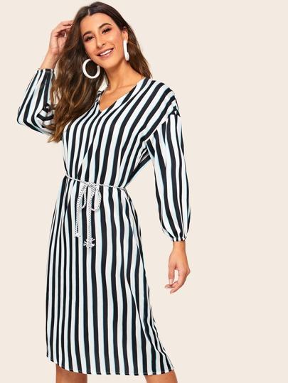 e31b900ad56aa فستان متوسط بحزام مع أكمام بيشوب مخطط