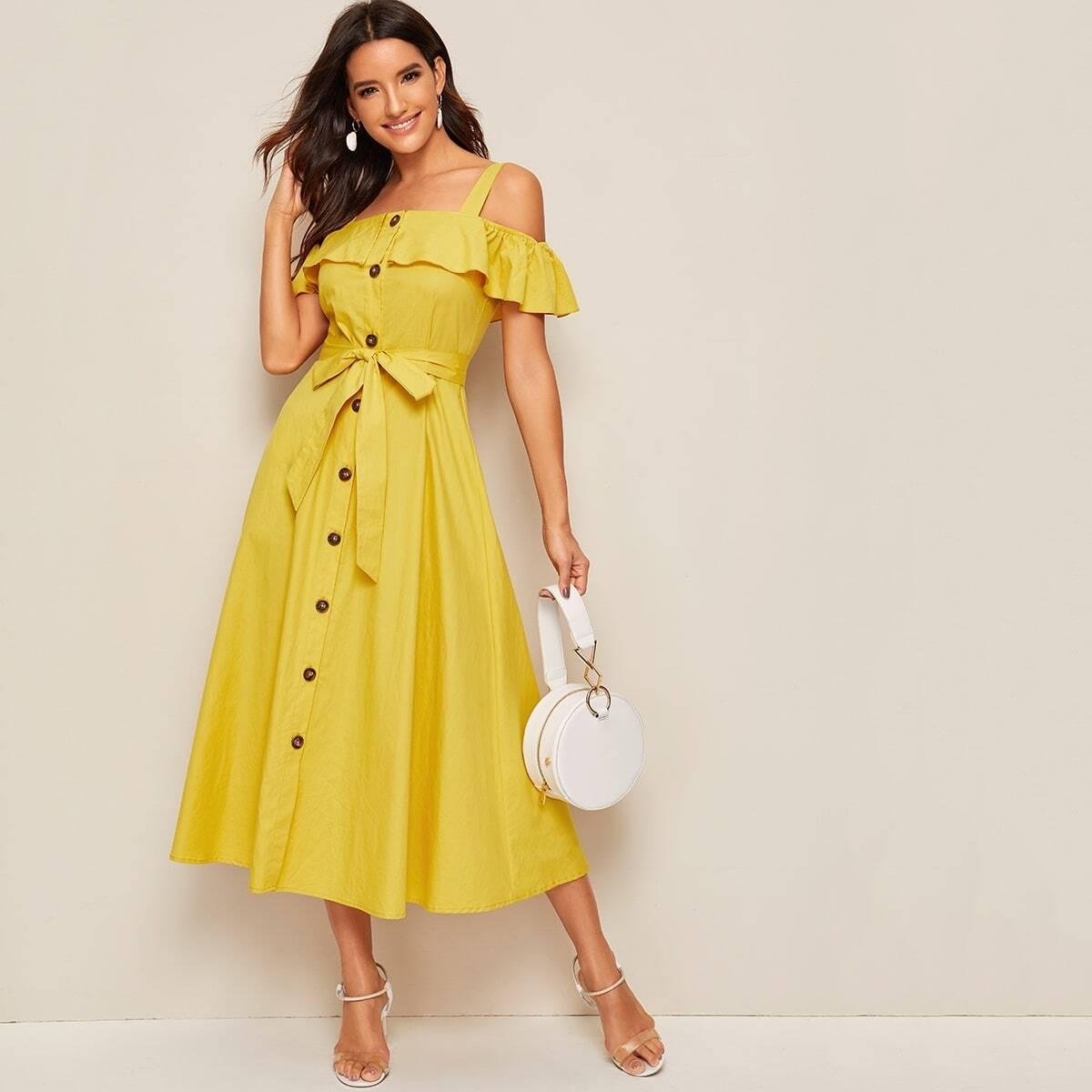 Платье с пуговицами, поясом, открытым плечом и оборкой