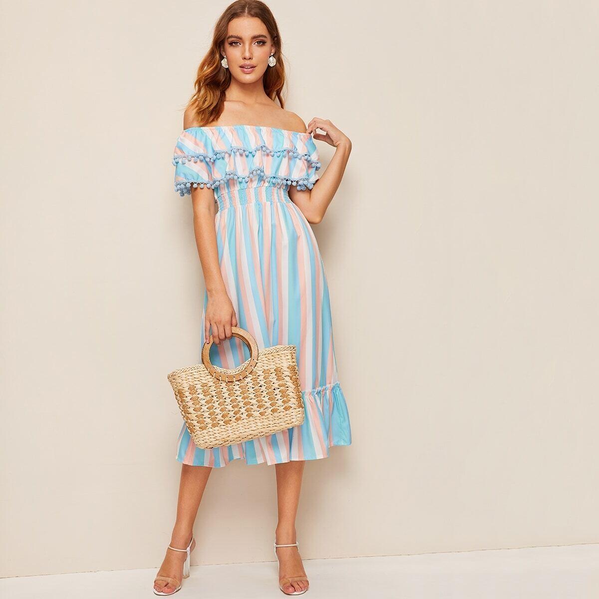 Schulterfreies Kleid mit Pompon und Raffungsaum