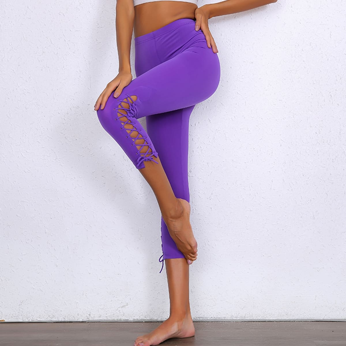 неоновые фиолетовые леггинсы на шнуровке