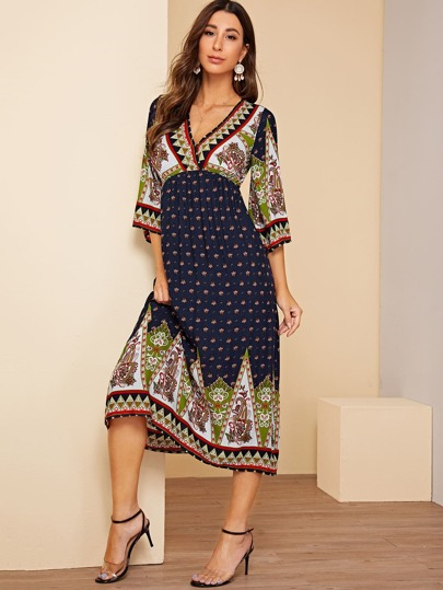 190f8be20fbc3 فستان طويل بطباعة عشائري مع عنق على شكل V