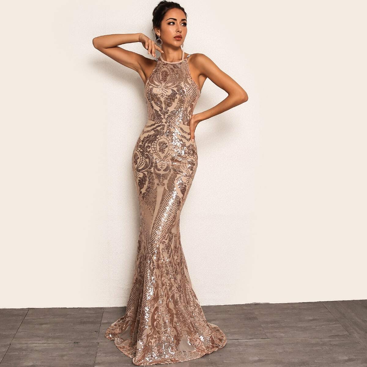 платье-русалка с блестками и цепочкой