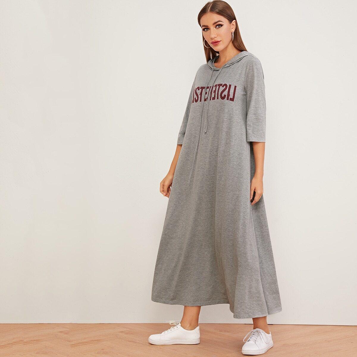 Длинное платье с капюшоном и текстовым принтом