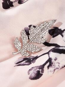 Rhinestone Engraved Leaf Brooches 1pc