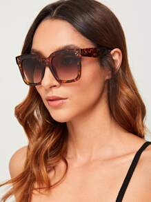 Rivet Decor Tortoiseshell Frame Sunglasses