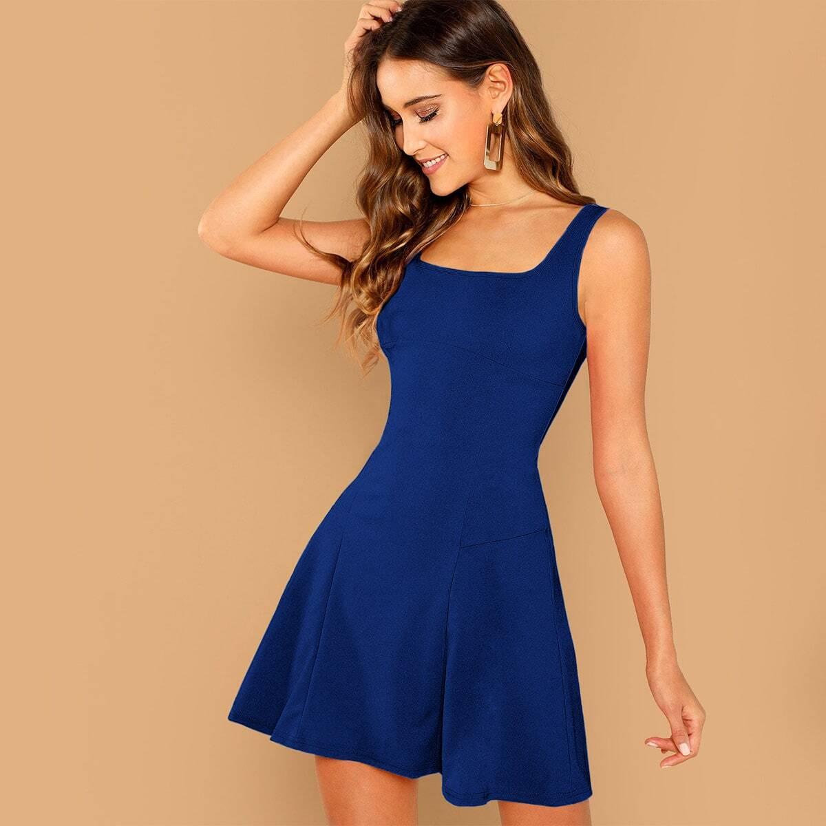 Однотонное расклешенное платье