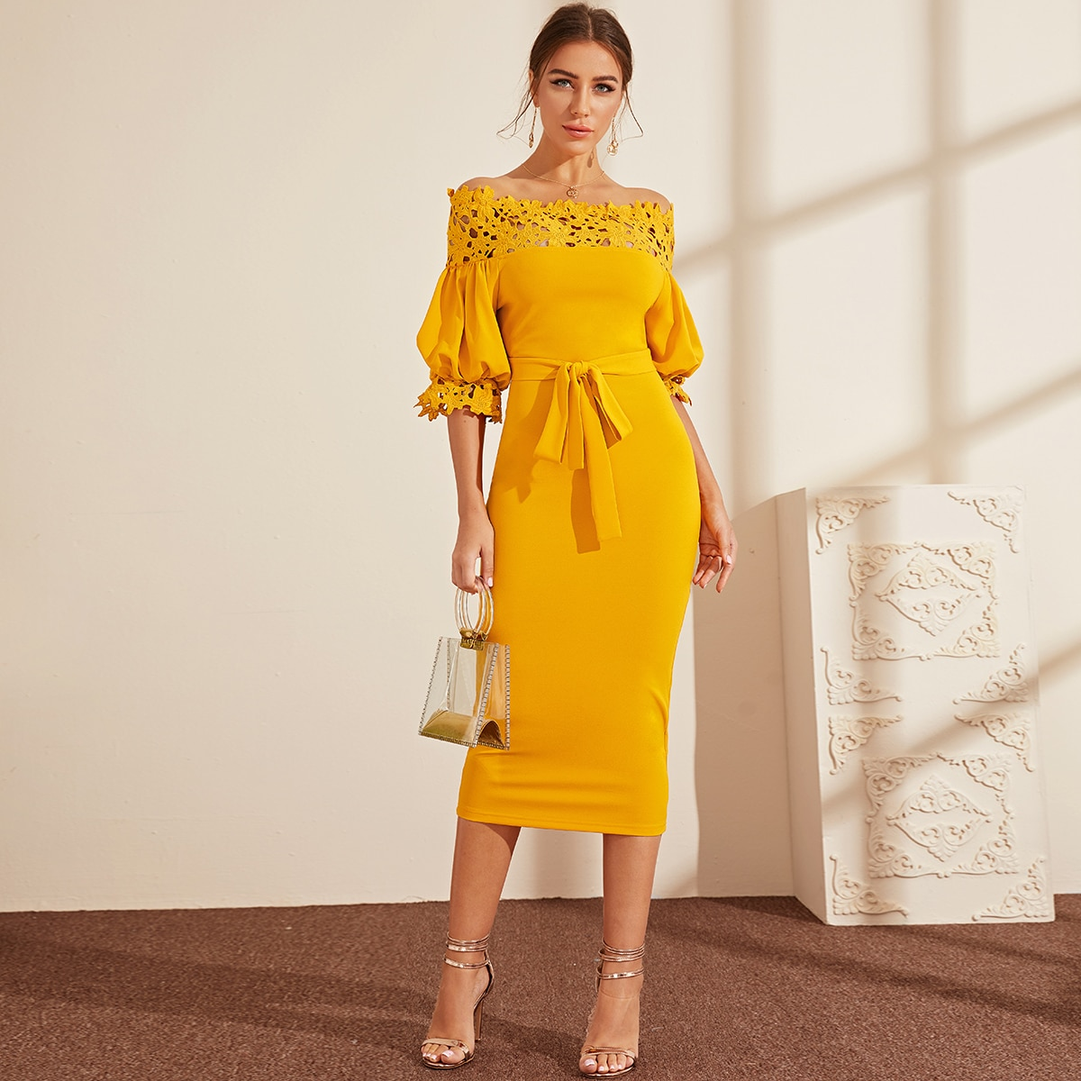Платье-карандаш с поясом, оригинальным рукавом и кружевом