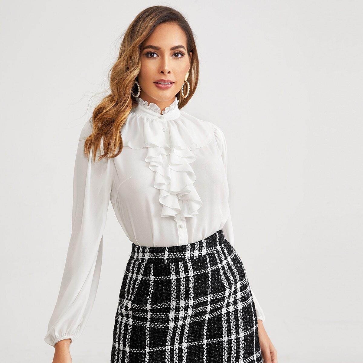 Блуза с пуговицами и оборками
