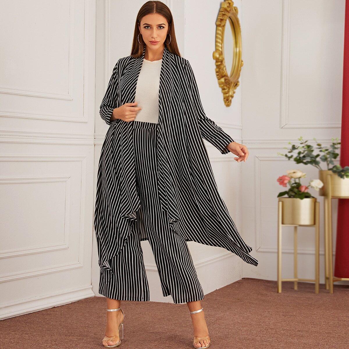Широкие брюки и длинное пальто в вертикальную полоску